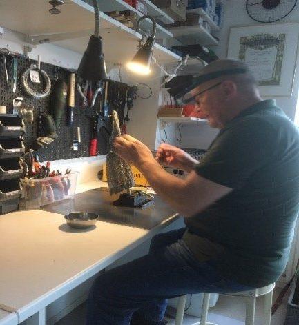 Reparatieproces aan een roestvrijstalen veiligheidshandschoen bij Staalhand Nederland